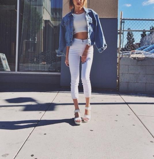 Белые джинсы в повседневном образе