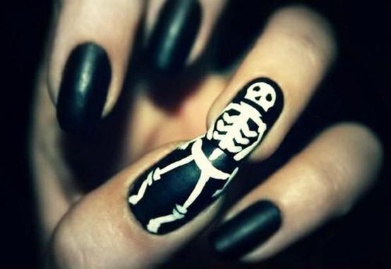 Маникюр со скелетом на Хэллоуин