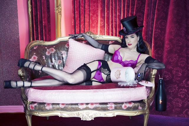 Дита фон Тиз в рекламе драгоценных шляпок