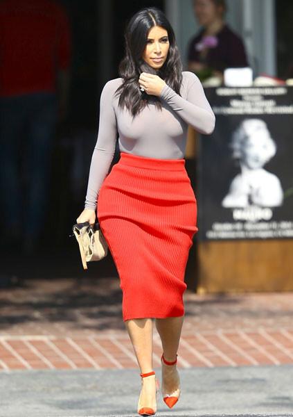 Ким Кардашьян в красной юбке