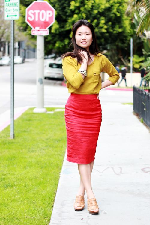 Красная юбка-карандаш с желтой кофточкой