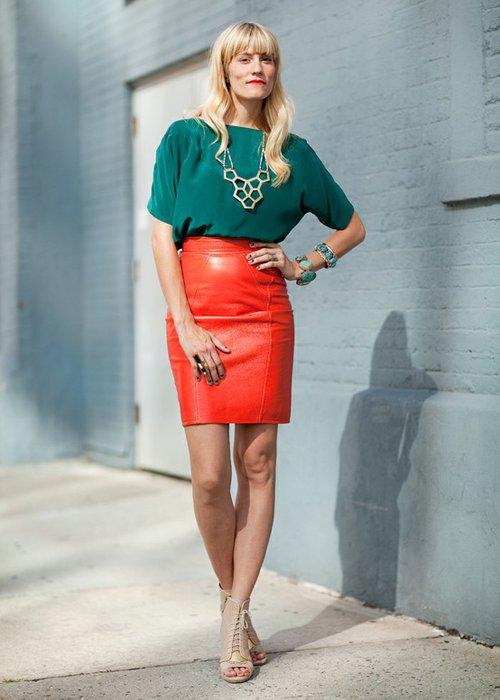 Красная юбка с зеленой блузкой