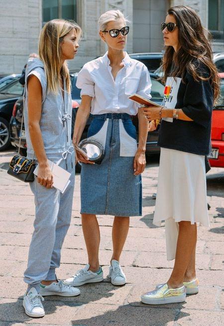 Белые сникерсы в модном образе