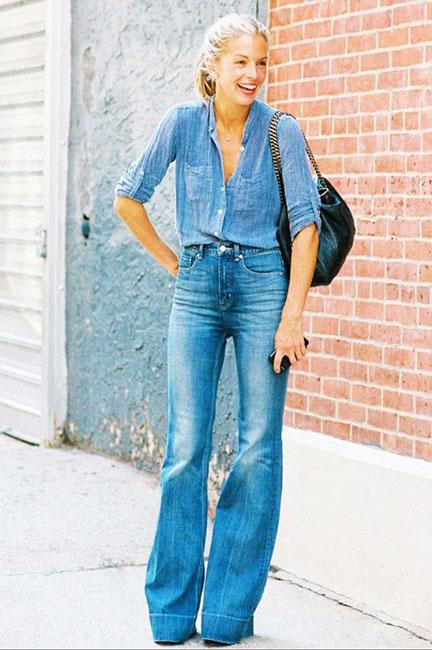 Джинсы клеш с джинсовой рубашкой