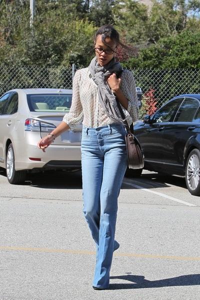 Как носить джинсы с высокой талией с блузкой