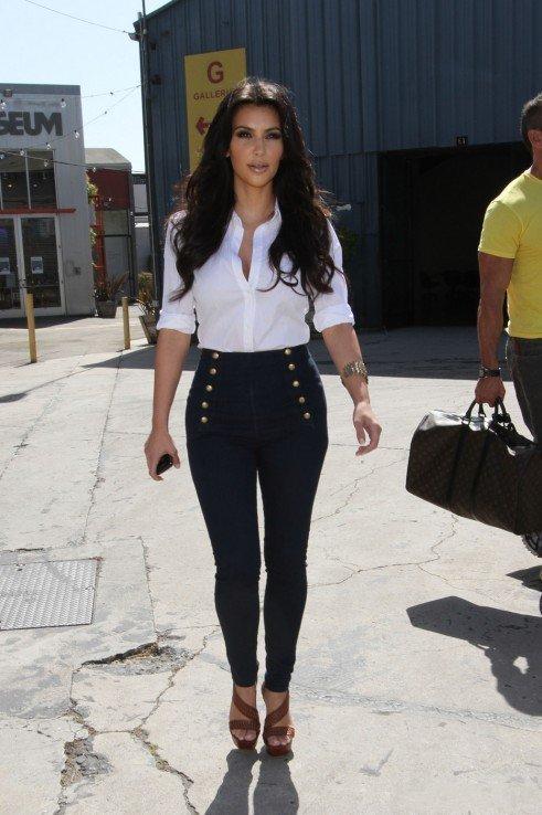 Белая блузка с высокими джинсами