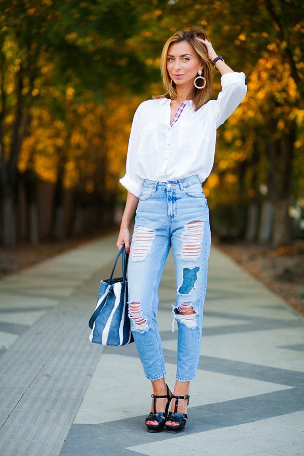 Простая рубашка с джинсами с высокой талией