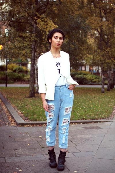 Белая куртка и завышенные джинсы-бойфренды