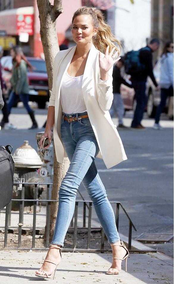 Завышенные джинсы с пиджаком
