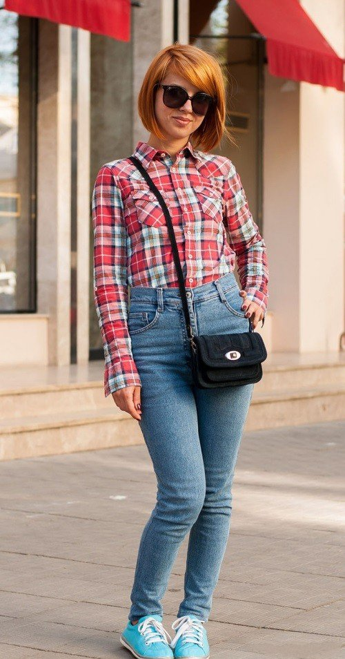 Клетчатая рубашка и джинсы с завышенной талией