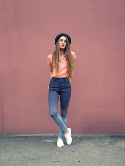 Джинсы с высокой талией и рубашка