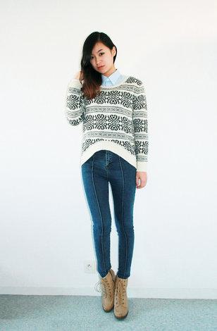 Высокие джинсы со свитером и рубашкой