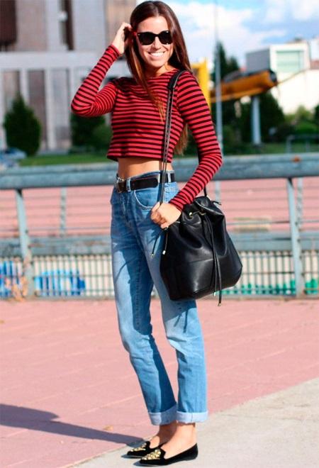 Джинсы с высокой талией и укороченный свитер