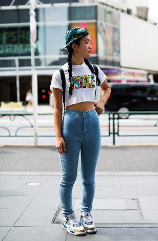 Уличный стиль: топ с высокими джинсами