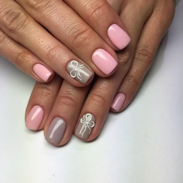 Розовый маникюр с блестками и бантиком