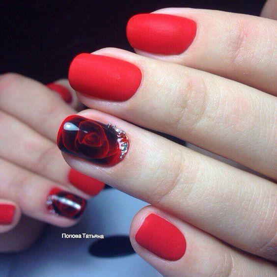 Матовый красный маникюр с черной розой