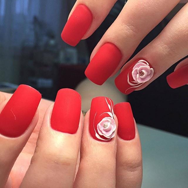 Матовый маникюр с розой