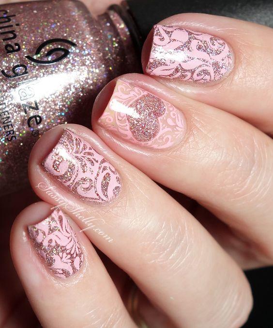 Розовый маникюр с блестящим узором