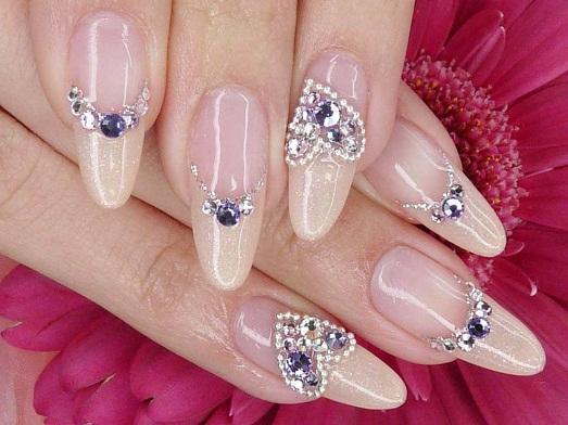 Красиво нарощенные ногти со стразами