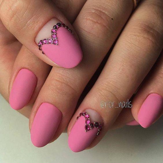 Розовый маникюр в виде сердечек