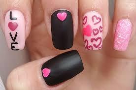 Черный матовый маникюр с розовыми сердечками