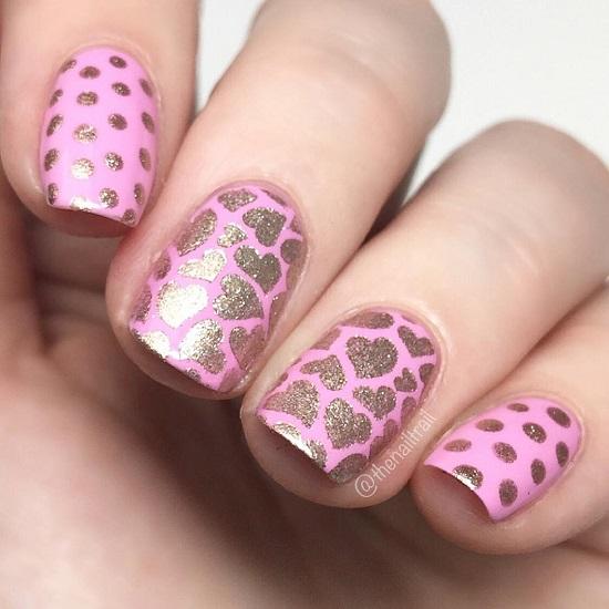 Розовый маникюр с сердечками из блесток
