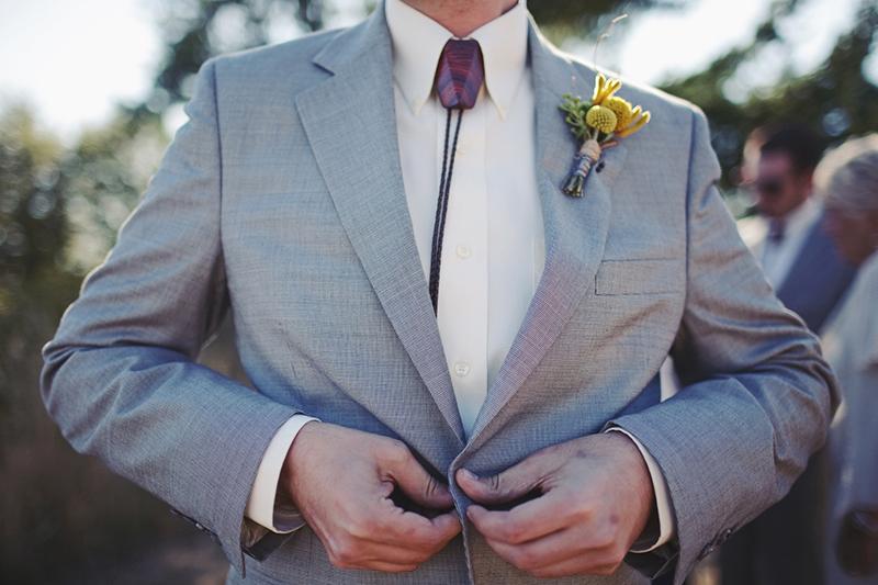 Свадебный костюм с мужским галстуком боло