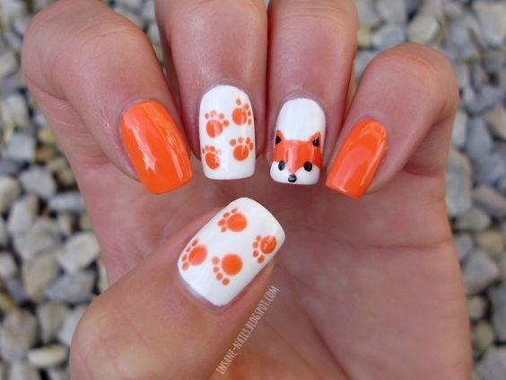 Оранжевый маникюр с лисой