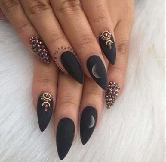 Матовый черный маникюр на острые ногти