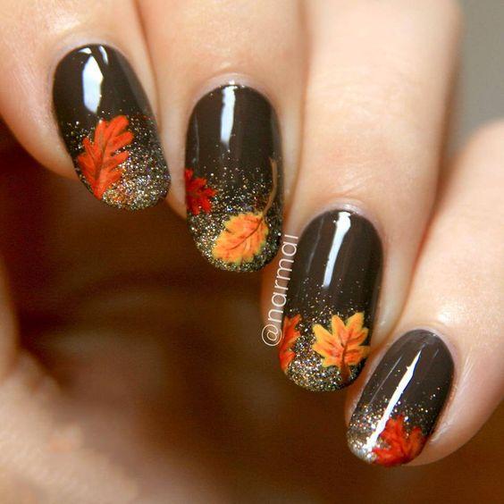 Коричневый маникюр с осенними листьями