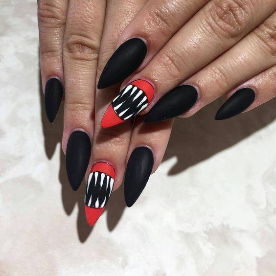 Черный маникюр с пастью на Хэллоуин