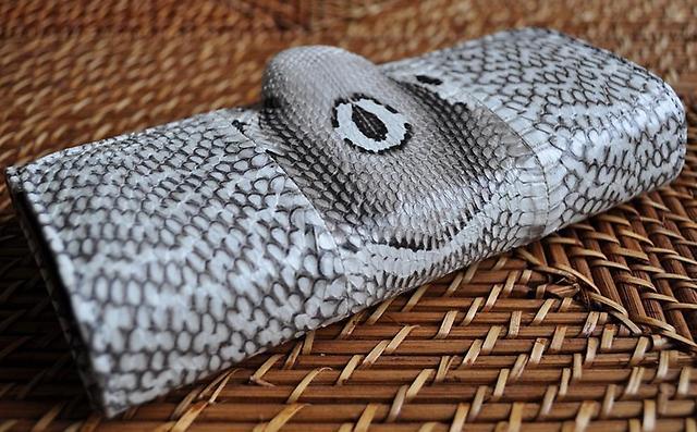 Серый кошелек из змеиной кожи