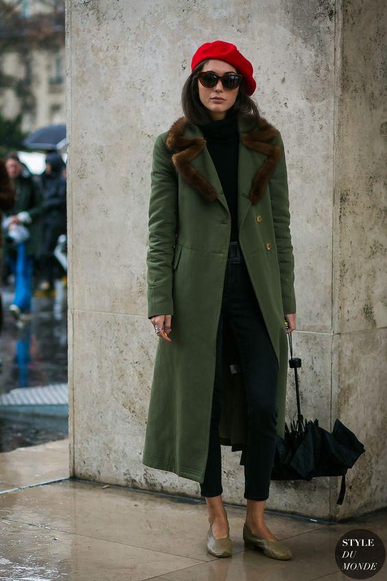 Красный берет с зеленым пальто