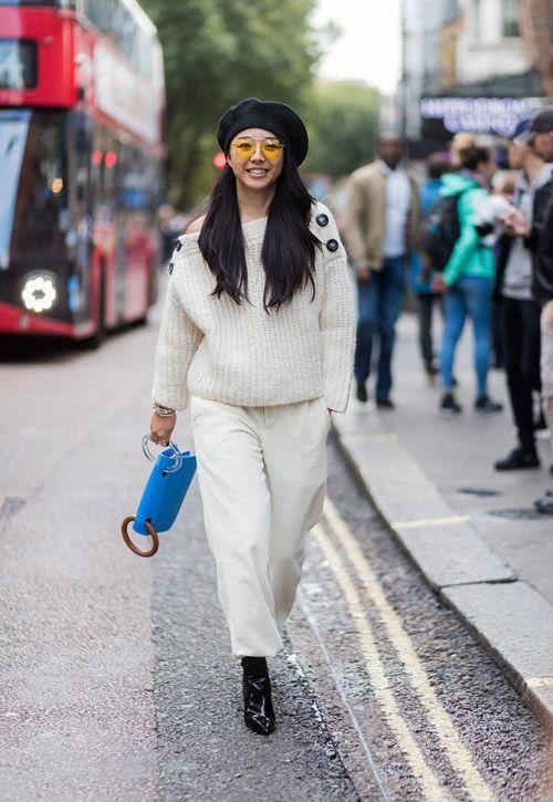 Черный берет с белым свитером