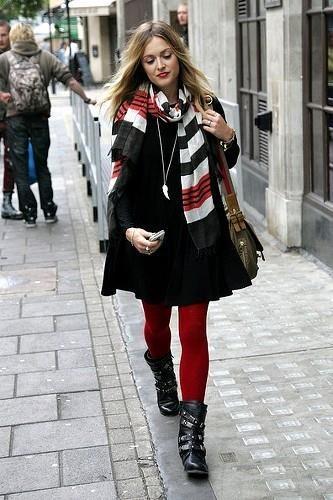Красные колготки с курткой паркой
