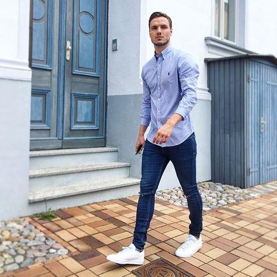 Голубая рубашка с синими джинсами