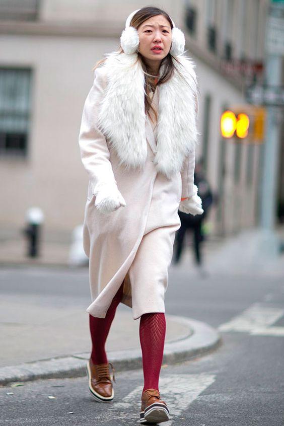 Бежевое пальто и красные колготки