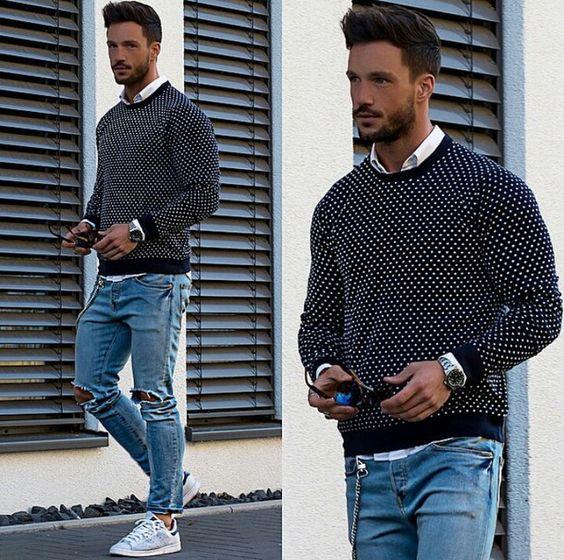 Рубашка со свитером и рваными джинсами
