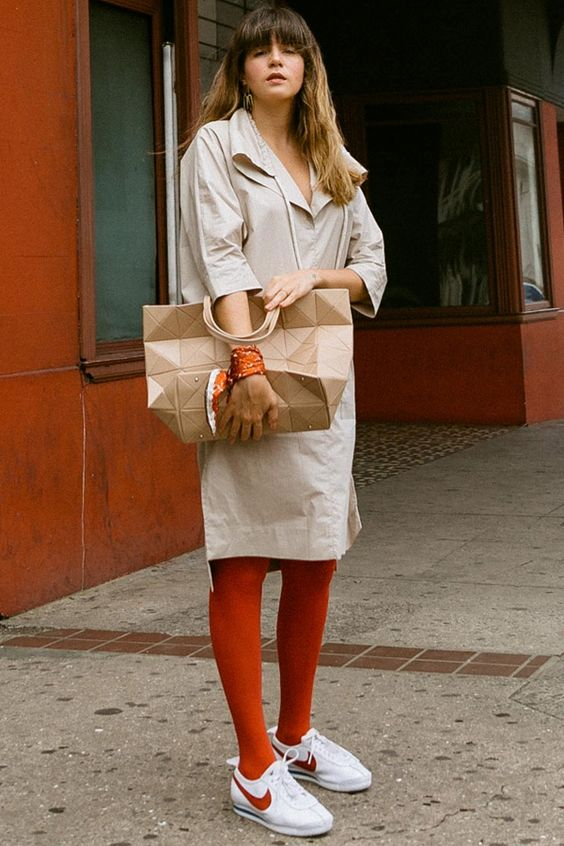 Кроссовки под бежевую юбку