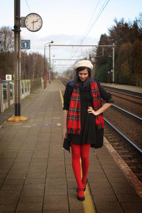 Красные колготки с серым пальто