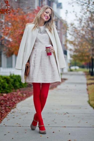 Белое платье и красные колготки