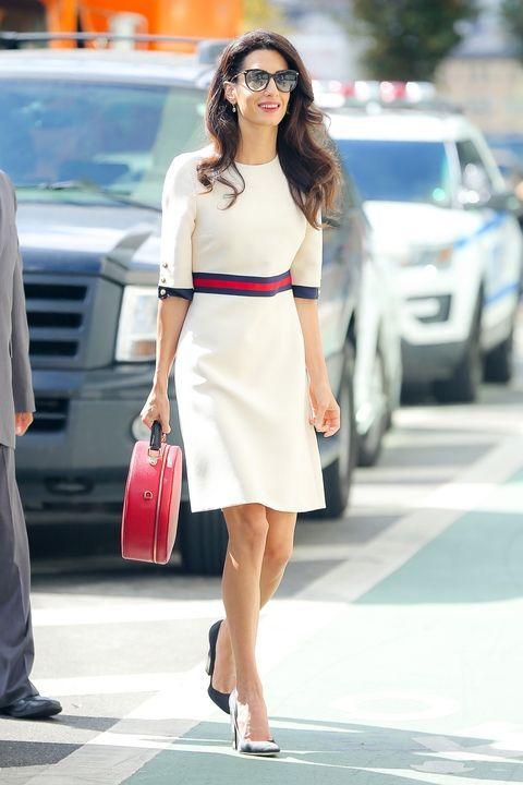 Белое платье с красным поясом