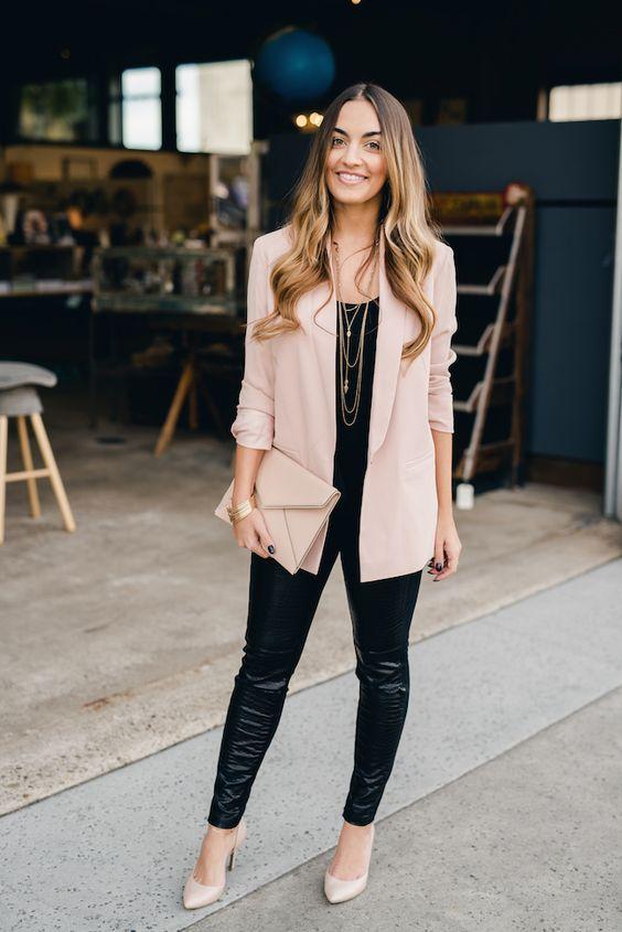 Бежевый пиджак с кожаными лосинам