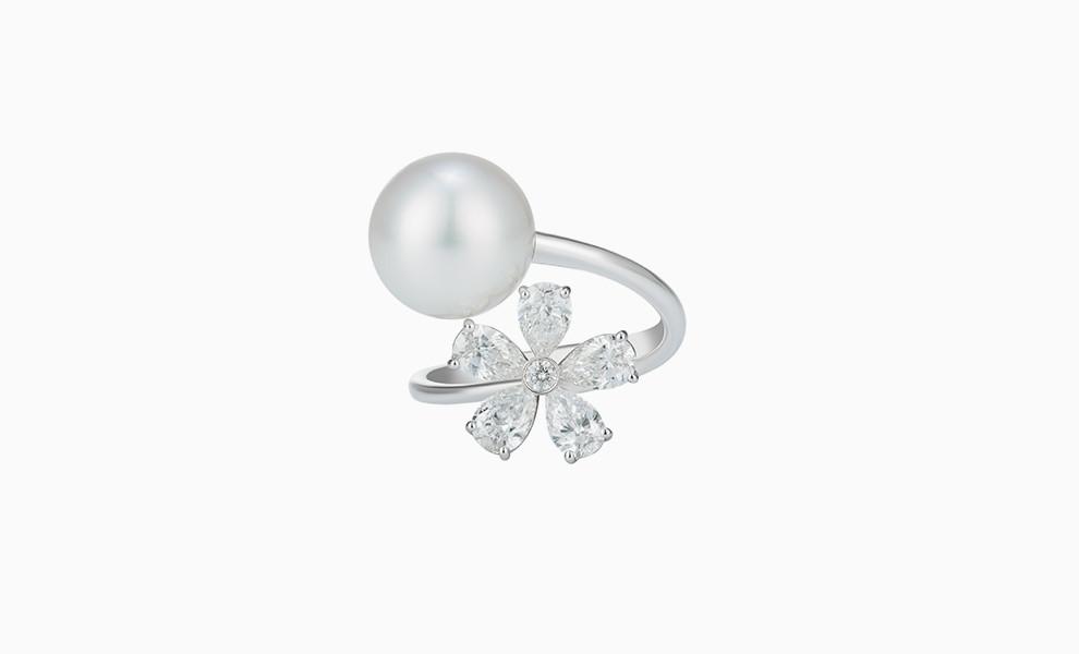Платиновое кольцо с жемчужиной и цветком