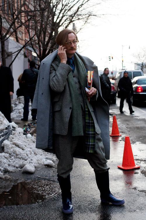 Как носить резиновые сапоги с серым пальто