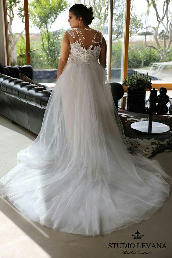 Свадебное платье с открытой спиной и шлейфом большого размера