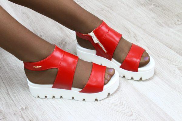 Красные сандалии с белой подошвой