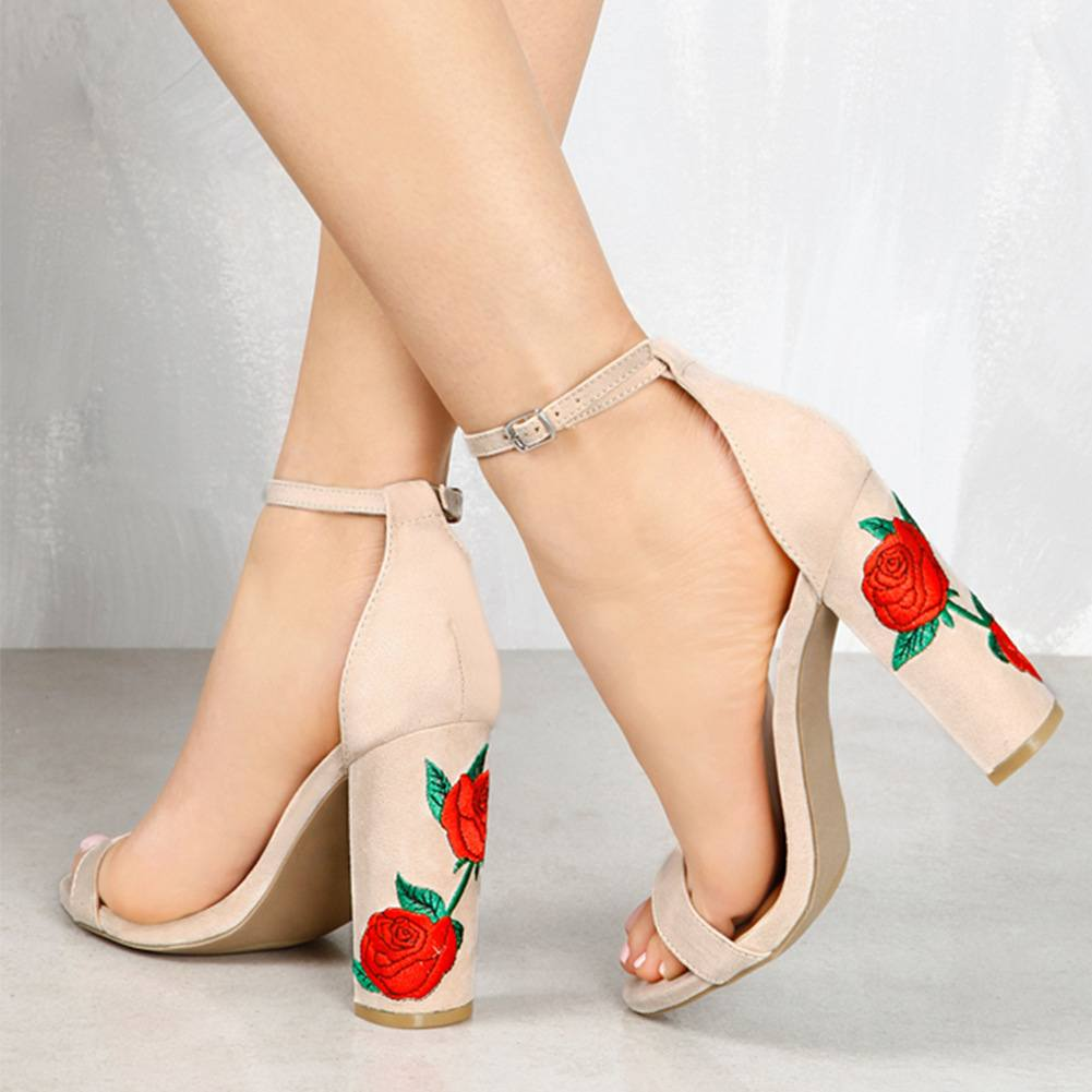 Бежевые босоножки с розами на каблуках