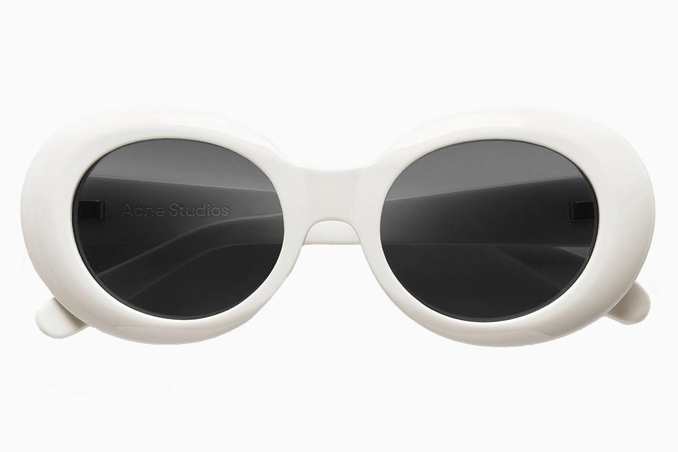 Овальные солнцезащитные очки в белой оправе