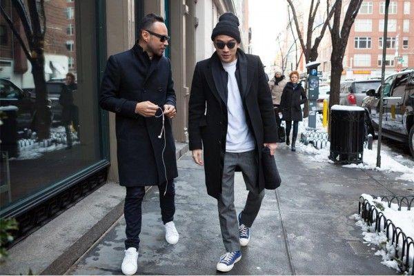 Как носить белые кроссовки с пальто